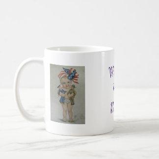 Mamá casera agradable que vuelve el café de los taza clásica