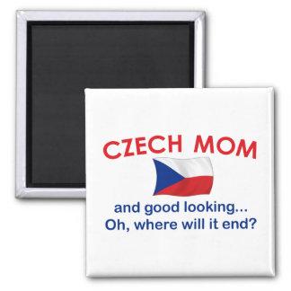 Mamá checa apuesta imán cuadrado