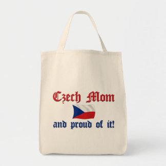 Mamá checa orgullosa bolsa tela para la compra