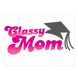 Mamá con clase con el gorra de la graduación postal