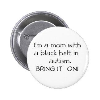 Mamá con una correa negra en autismo pin redondo de 2 pulgadas