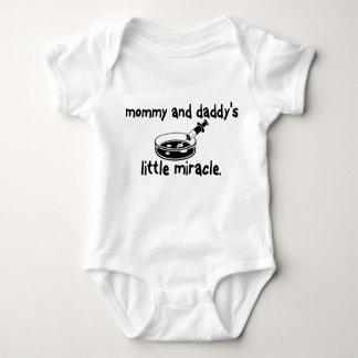 Mamá de IVF y poca camisa del milagro del papá