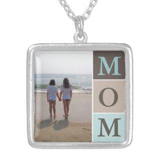 Mamá de la foto de familia del amor o su collar de