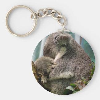 Mamá de la koala y nuevo bebé llavero redondo tipo pin