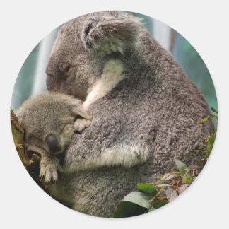Mamá de la koala y nuevo bebé pegatina redonda