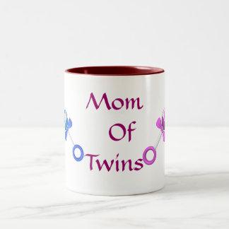 Mamá de la taza de café de los gemelos (muchacho,