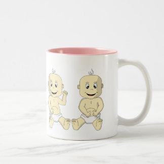 Mamá de la taza de café gemela de los bebés