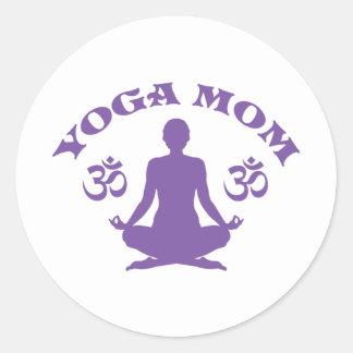 Mamá de la yoga pegatina redonda