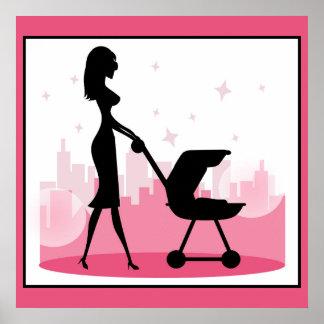 Mamá de moda que empuja el carro de bebé póster