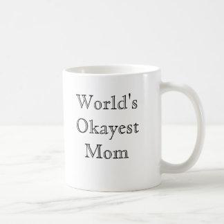 Mamá de Okayest del mundo - fuente clásica Taza