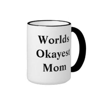 "¡Mamá de ""Okayest"" del mundo! Taza A Dos Colores"