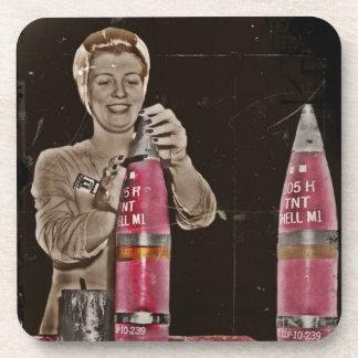 Mamá de WWII que hace una bomba Posavasos De Bebida