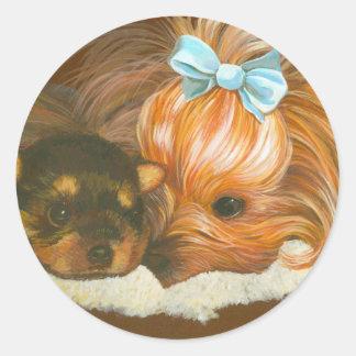 Mamá de Yorkie con el perrito Etiquetas Redondas