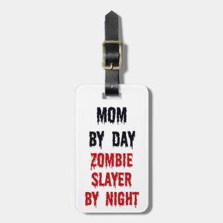 Mamá del asesino del zombi del día por noche etiqueta de maleta