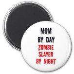 Mamá del asesino del zombi del día por noche imán redondo 5 cm
