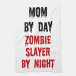 Mamá del asesino del zombi del día por noche toallas de cocina