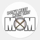 Mamá del béisbol pegatina redonda