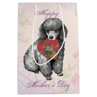 Mamá del corazón del caniche miniatura bolsa de regalo mediana