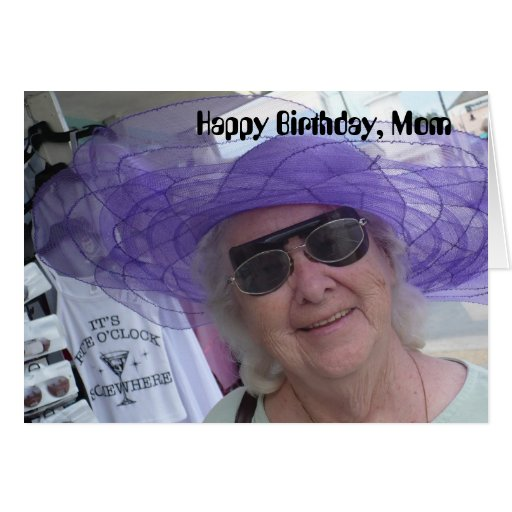 Mamá del feliz cumpleaños, señora en gorra púrpura tarjeta de felicitación