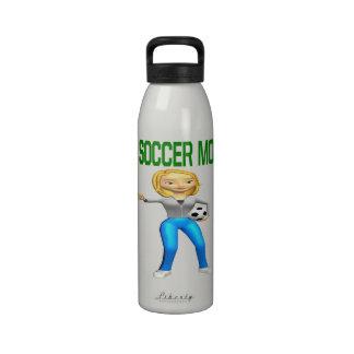 Mamá del fútbol botallas de agua