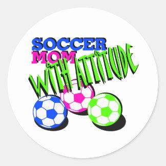 Mamá del fútbol con actitud pegatina redonda
