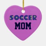 Mamá del fútbol en azul adorno navideño de cerámica en forma de corazón