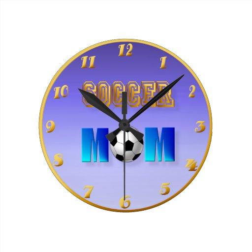 Mamá del fútbol reloj redondo mediano