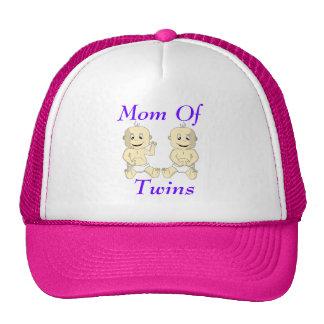 Mamá del gorra gemelo de los bebés