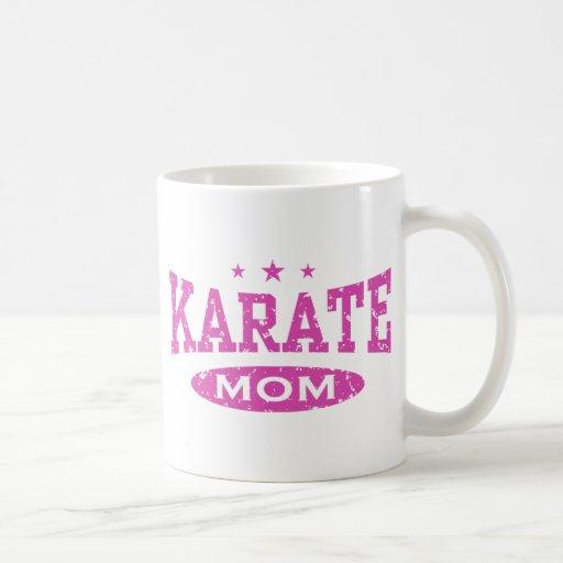 Mamá del karate taza clásica