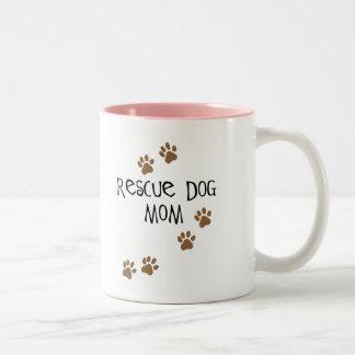 Mamá del perro del rescate taza dos tonos