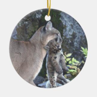 Mamá del puma y ornamento de Cubs Adorno Navideño Redondo De Cerámica