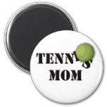 Mamá del tenis con la bola iman para frigorífico