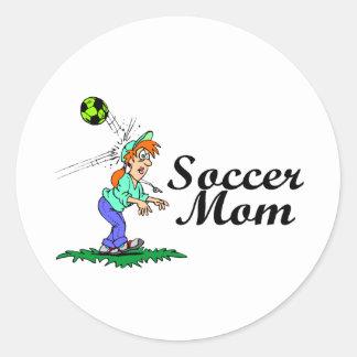 Mamá divertida del fútbol pegatina redonda