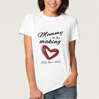 Mamá en la fabricación camisas