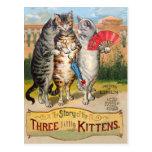 Mamá ganso de tres pequeña gatitos postal