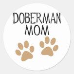 Mamá grande del Doberman de las patas Etiqueta Redonda