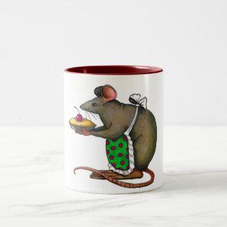 Mamá linda Rat Holding una empanada: Arte original Taza De Dos Tonos