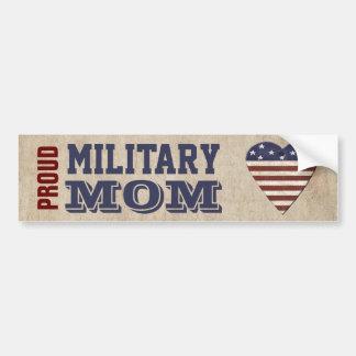 Mamá militar orgullosa con el corazón patriótico pegatina para auto