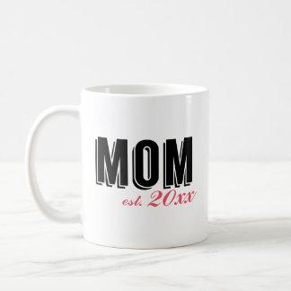 Mamá moderna establecida en año taza clásica