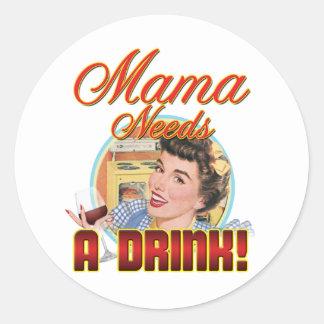 Mamá Needs una bebida Pegatina Redonda