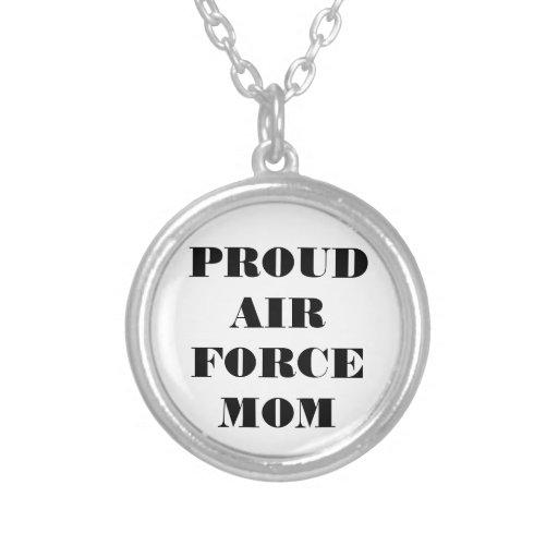 Mamá orgullosa de la fuerza aérea del collar