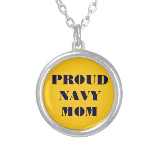 Mamá orgullosa de la marina de guerra del collar
