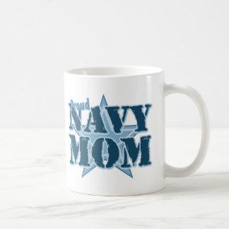 Mamá orgullosa de la marina de guerra taza básica blanca