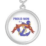 Mamá orgullosa de un colgante del marinero de los