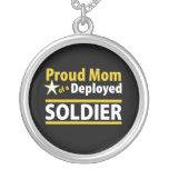 Mamá orgullosa de un collar desplegado del soldado