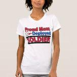 Mamá orgullosa de una camisa desplegada del