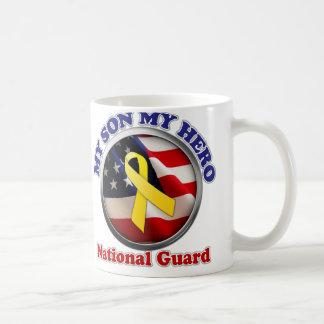 Mamá orgullosa - Guardia Nacional Taza Básica Blanca