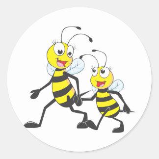 Mamá que camina con las abejas del dibujo animado pegatina redonda