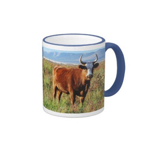 Mamá roja Cow en Wildflowers Tazas