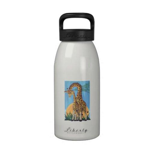 Mamá y bebé de la jirafa botellas de beber